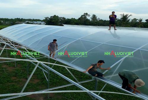 Thi công lợp màng PE cho nhà kính trồng rau sạch